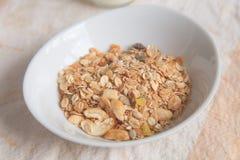 Muesli in der weißen Schüssel; natürliche Frühstücks- und Snack-Food-Nahaufnahme Stockfotos