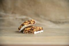 Muesli e barra do cereal no fundo de pedra de m?rmore fotos de stock royalty free