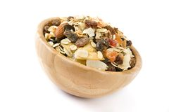 Muesli e frutos secos na bacia de madeira isolada Imagem de Stock