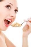 Muesli Essen der jungen Frau lizenzfreie stockfotos