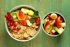 Muesli fait maison de granola avec la salade de fruits image stock