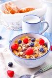 Muesli-Frühstücksmenü mit Waldfrüchten Stockfoto
