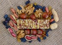 Muesli Granola, φραγμός δημητριακών και τα συστατικά του στον καμβά backg Στοκ φωτογραφίες με δικαίωμα ελεύθερης χρήσης