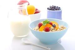 Muesli (granola) com bagas e iogurte Fotografia de Stock Royalty Free