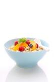 Muesli (granola) con las bayas y el yogur Imagenes de archivo