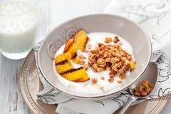 Muesli, Joghurt und gegrillte Pfirsiche Stockfotografie