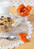 Muesli, lait et abricots secs sur la table Durée toujours 1 Photo stock