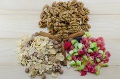 Muesli, las nueces y los frutos secos encendido arreglaron una tabla imágenes de archivo libres de regalías