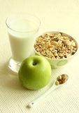 muesli, maçã verde e vidro do leite Imagens de Stock