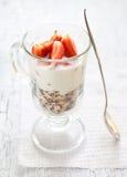 Muesli met de aardbeien van de yoghurtmier Royalty-vrije Stock Afbeeldingen