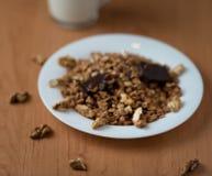 Muesli met okkernoten en chocolade met yoghurt stock afbeeldingen