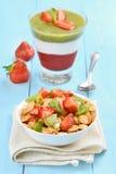 Muesli met vers fruit en gelaagd dessert stock afbeeldingen