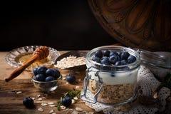 Muesli met yoghurt en blauwe bessen in glaskruik stock foto