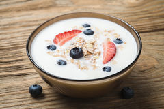 Muesli met yoghurt en de verse bosbes van de bessenaardbei Stock Foto