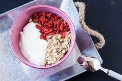 Muesli met yoghurt en gojibes Stock Foto