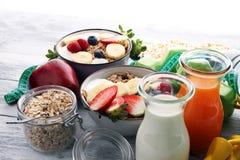 Muesli met zuivelfabriek en fruit, gezonde levensstijl kom van graangewas, fruit en domoor stock foto