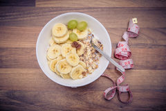 Muesli mit Bananen lizenzfreie stockbilder