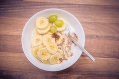 Muesli mit Bananen lizenzfreies stockfoto