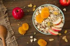 Muesli mit getrockneten Aprikosen und Äpfeln Lizenzfreie Stockfotografie