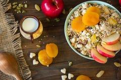 Muesli mit getrockneten Aprikosen und Äpfeln auf einem tabl Lizenzfreie Stockfotografie