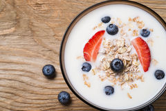 Muesli mit Jogurt und frischen Beerenblaubeeren Stockfotos