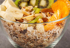 Muesli mit Kiwi und Banane in Glaswaren Lizenzfreie Stockfotos