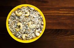 Muesli mit nuts Acajoubaum Muesli auf einem Holztisch muesli Spitzenv Lizenzfreies Stockbild