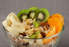 Muesli mit nuts Orangen der Bananenkiwi in einer Glasschüssel Lizenzfreies Stockfoto