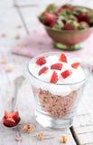 Muesli mit Sahne und Erdbeere auf Holztisch Lizenzfreie Stockfotos