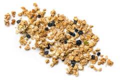 Muesli ou granola a dispersé sur la vue supérieure blanche image stock