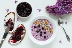 Muesli sano de las gachas de avena de la harina de avena del desayuno con Imagen de archivo