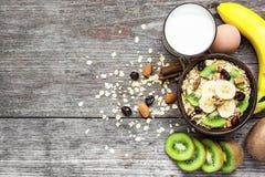 Muesli saudável da aveia do café da manhã com frutos, ovo e vidro do leite Imagem de Stock
