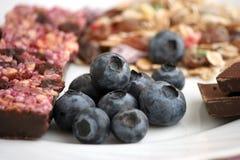 Muesli-Snackbar, Blaubeeren und Beerentee Stockbilder