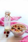 Muesli und Beeren in einer Schüssel Flasche mit Milch Lizenzfreies Stockfoto