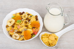 Muesli w białym pucharze, dzbanka mleku i łyżkowych kukurydzanych płatkach, Zdjęcie Stock