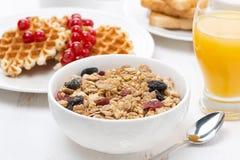 Muesli, waffles с ягодами и апельсиновым соком Стоковая Фотография RF