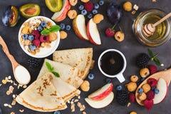 Muesli y crespones sanos del desayuno con las bayas frescas, frutas imagen de archivo libre de regalías
