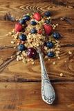 Muesli z truskawkami i czarnymi jagodami zdjęcie stock