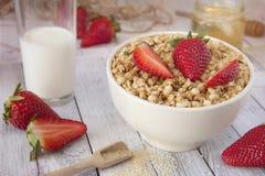 Muesli z truskawkami użyczający zdrowe śniadanie obrazy stock