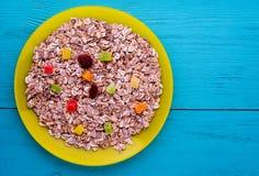 Muesli z wysuszonym - owocowe truskawki, winogrona, kiwi, brzoskwinia mu Zdjęcia Stock
