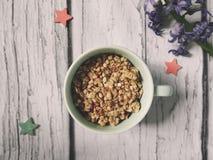 Muesli, zboże w filiżance zdrowa śniadaniowa scena na białym drewnianym tle Odgórnego widoku fotografia Zdjęcie Stock