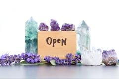 Muestra abierta - la palabra quemó en madera con los cristales púrpuras de las flores, de la amatista, del fluorito y de cuarzo d imagenes de archivo