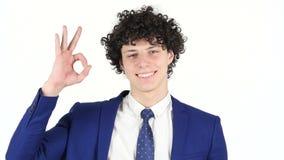 Muestra aceptable del hombre de negocios joven, fondo blanco almacen de metraje de vídeo