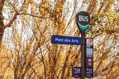 Muestra adentro París de la parada de autobús en otoño imagenes de archivo