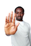 Muestra africana joven de la parada de la demostración del hombre con la mano Imágenes de archivo libres de regalías