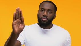 Muestra afroamericana confiada de la parada de la demostración del hombre masculina contra la discriminación racial almacen de video