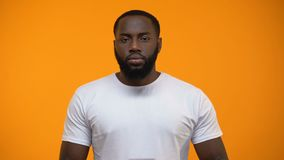 Muestra afroamericana de la parada de la demostración del hombre, masculina contra la discriminación racial, primer almacen de metraje de vídeo