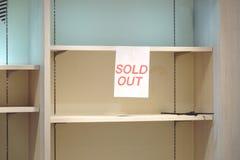Muestra agotada en estantes vacíos imagenes de archivo