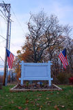 Muestra al aire libre en blanco con las banderas americanas Foto de archivo libre de regalías