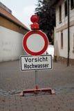 Muestra alemana que dice la inundación de la precaución Imagenes de archivo